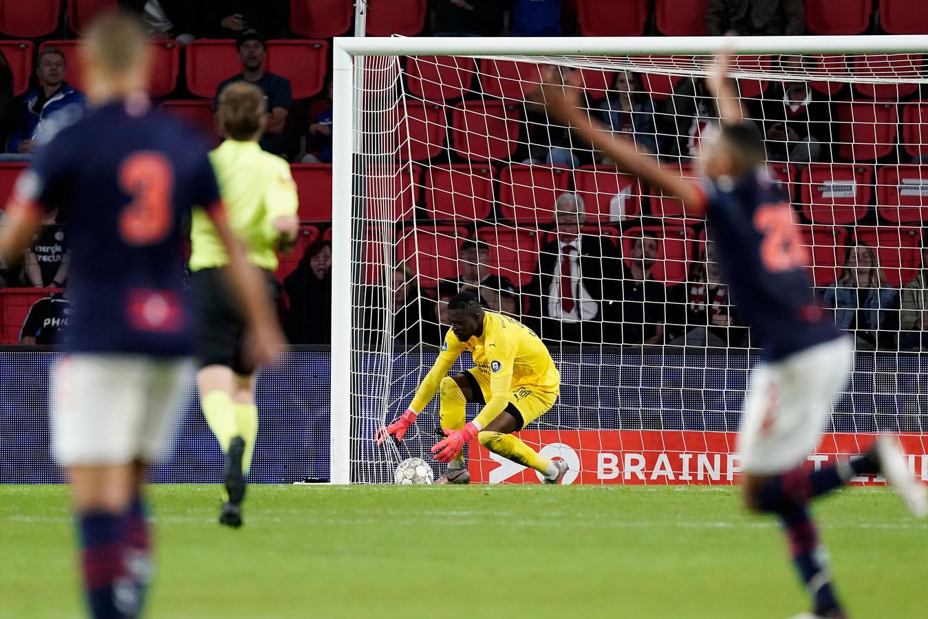 PSV-keeper Yvon Mvogo pakt de bal op uit het net na zijn blunder tegen FC Emmen.
