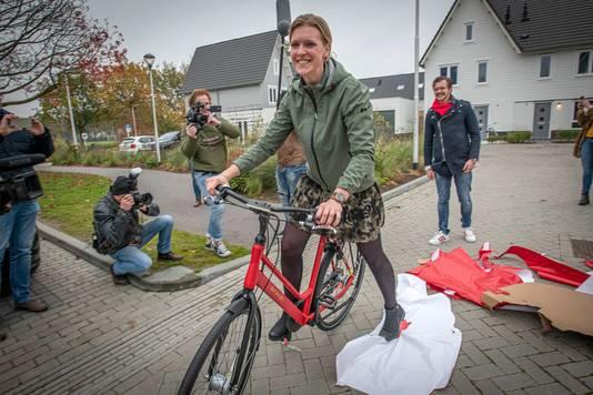 """De Tilburgse Lobke Blom is herenigd met haar 'rode Retro'. ,,Echt, echt supervet."""""""