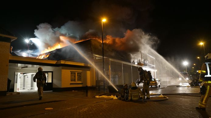 De brandweer in actie in Brummen bij de grote brand vrijdagnacht.