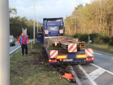Loodzware vrachtwagen vast in berm N35 richting Raalte: tunnel bij Nijverdal uren dicht
