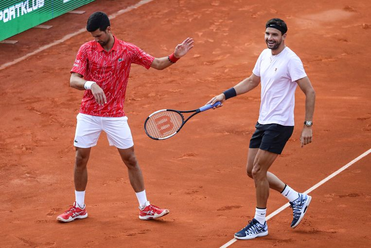 Novak Djokovic en Grigor Dimitrov tijdens de wedstrijd in Belgrado, 12 juni 2020.   Beeld REUTERS
