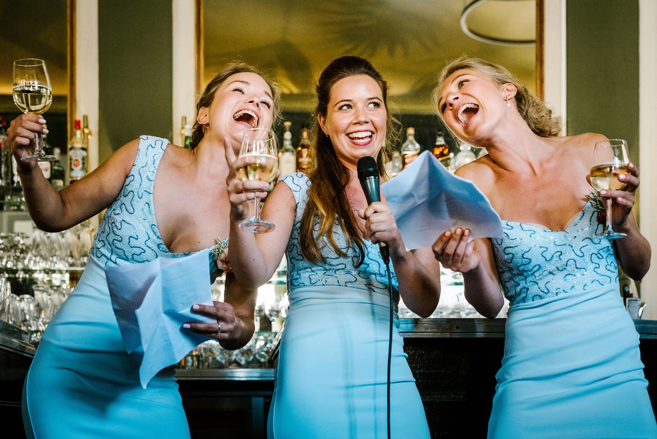 De foto van de zingende bruidsmeisjes waarmee Jill Streefland hoopt een award te winnen.