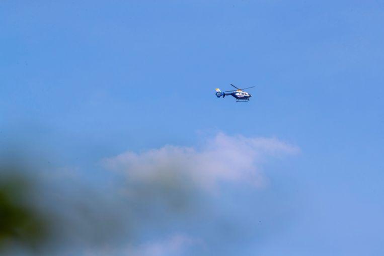 Een helikopter boven een bos waar één van de twee Eurofighters crashte.