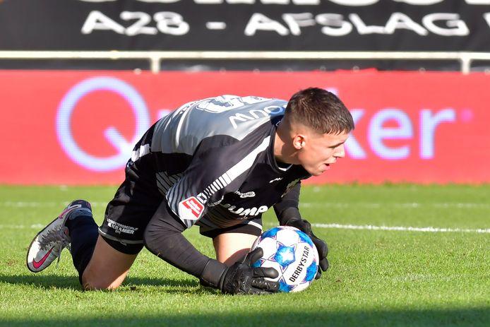 Doelman Jay Gorter van Go Ahead Eagles houdt al zevenkeer zijn doel schoon.