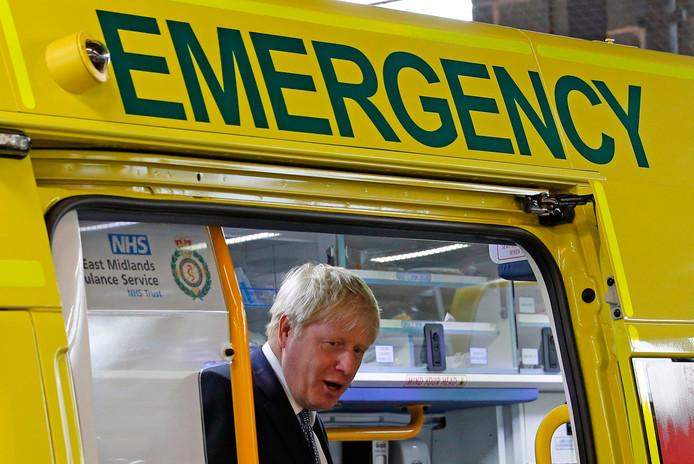De Britse premier Boris Johnson in een ambulance vorige week tijdens een bezoek aan een ziekenhuis in Boston, in het oosten van Engeland.