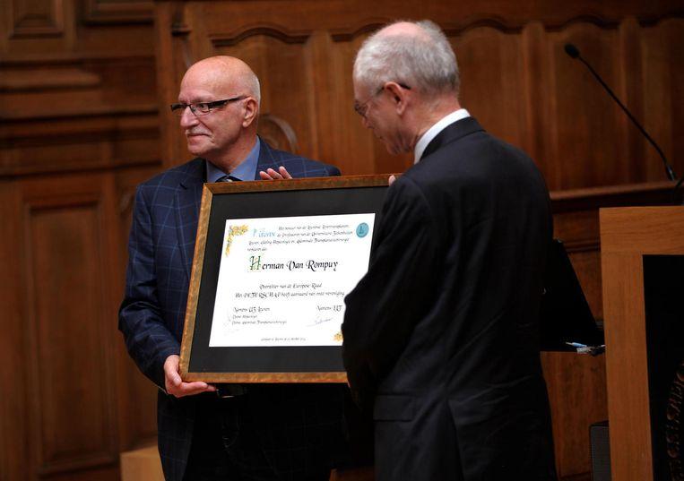 Herman Van Rompuy krijgt een oorkonde overhandigd.