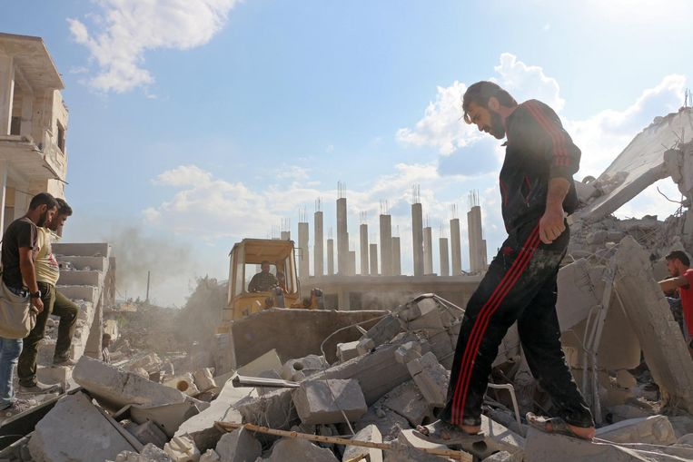 Mensen zoeken in de puin na een luchtaanval op Armanaz, in de provincie Idlib, op 30 september 2017. Beeld epa