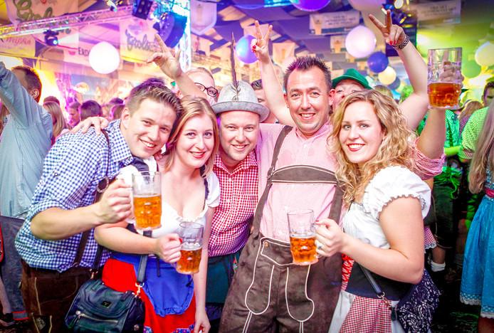 Dirndl-jurkjes, lederhosen en bier in grote pullen. Het Hoekse Bierfest is zo populair dat het ook dit jaar weer stijf is uitverkocht. Wel zijn er nog kaarten voor een Hollandse avond.