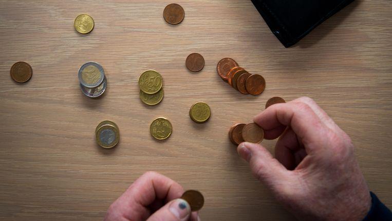 Een gepensioneerde man telt zijn centen. ZZP'ers krijgen een eigen pensioenfonds. Beeld ANP