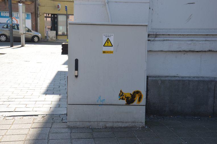 Alsmaar meer graffiti-figuren duiken op in het Ninoofse straatbeeld. Deze eekhoorn met mondmasker is in de Biezenstraat te zien, aan het OLV-ziekenhuis.