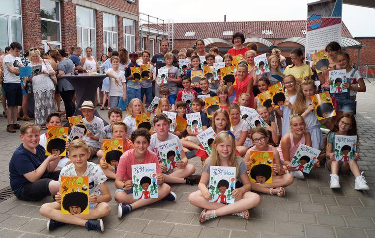 Het vijfde leerjaar van de Vrije Basisschool in Gits met de strip.