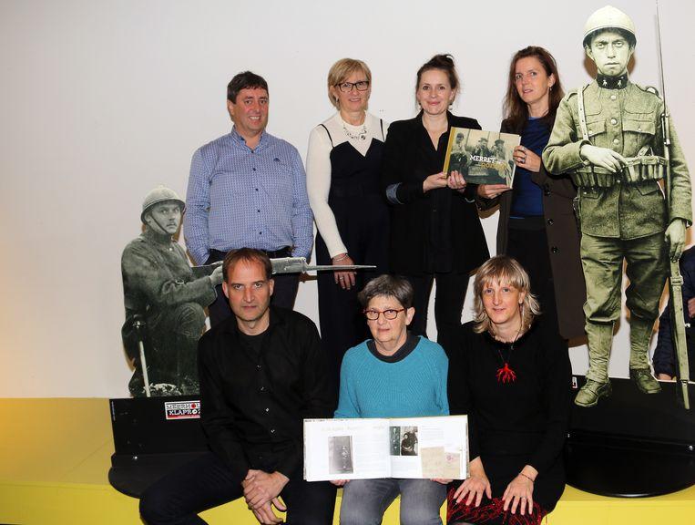 Het redactieteam dat het boek Merret in Oorlog!  schreef.