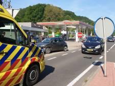 Auto's botsen op N325 bij tankstation 't Meertje, geen gewonden