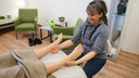 Bij het inloophuis Vicki Brown in Den Bosch komen kankerpatiënten onder meer voor ontspanning, zoals een voetmassage.