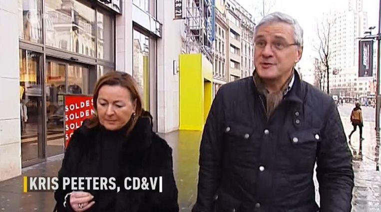 Een shoppende Kris Peeters (CD&V) en zijn echtgenote op de Meir.