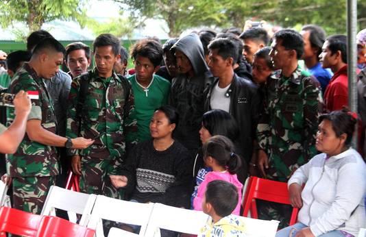 Indonesische militairen in gesprek met de nabestaanden van de omgebrachte bouwvakkers.