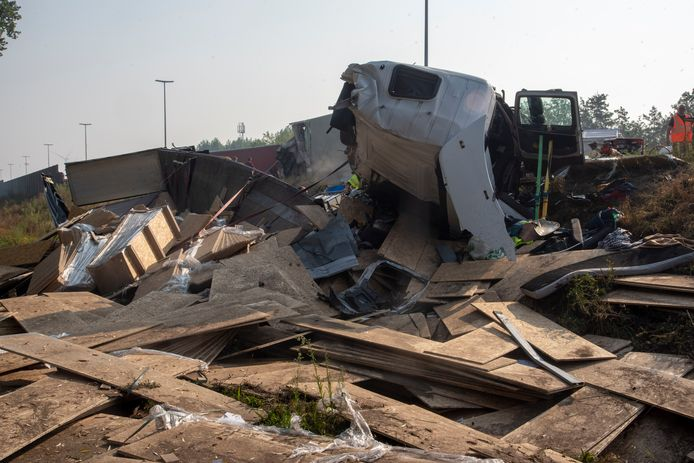 Eén vrachtwagen kantelde in de berm. De chauffeur was op slag dood.