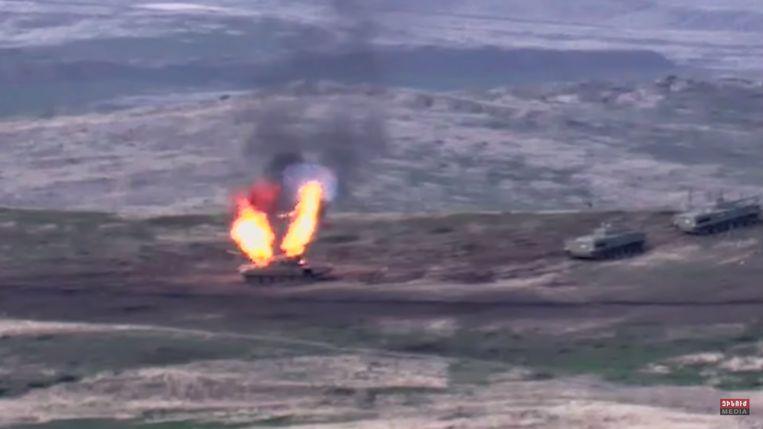 Een afbeelding van het Armeense ministerie van Defensie met naar verluidt een Azerbeidzjaanse tank die wordt vernietigd door het Armeense leger aan de frontlinie van de zelfverklaarde Republiek Nagorno-Karabach. Beeld EPA