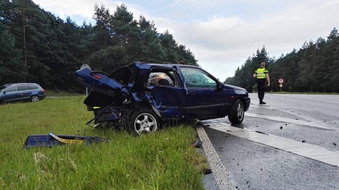 Bij het ongeval, even buiten Beekbergen, raakten twee auto's zwaar beschadigd.