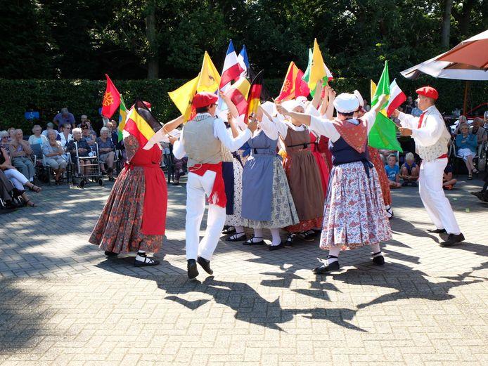 De bewoners van Den Olm konden onder een stralende zon genieten van het optreden van de Franse dansgroep.