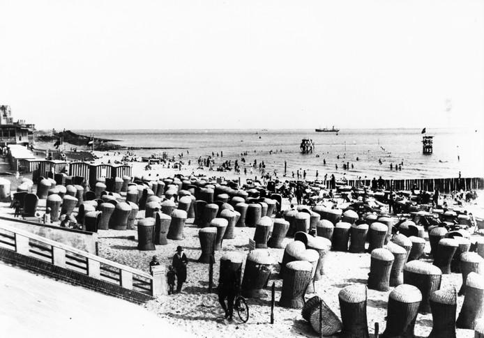 Het Vlissingse strand was in de eerste helft van de vorige eeuw al in trek bij toeristen.