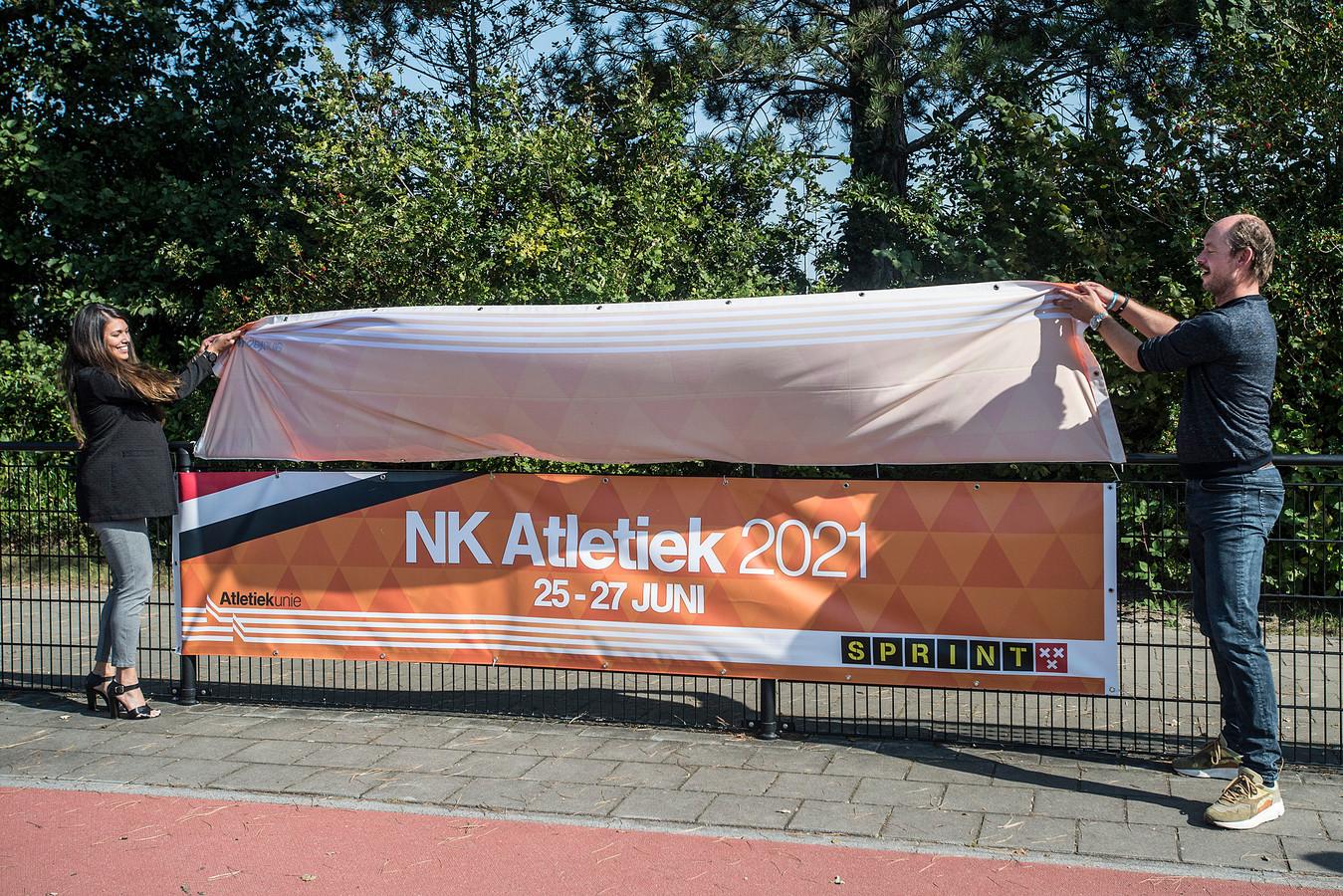 Voormalig atlete en bestuurslid van de Atletiekunie, Esther Akihary, en Daan Quaars (wethouder Sport) onthullen het topsportevenement dat in Breda plaats gaat vinden.