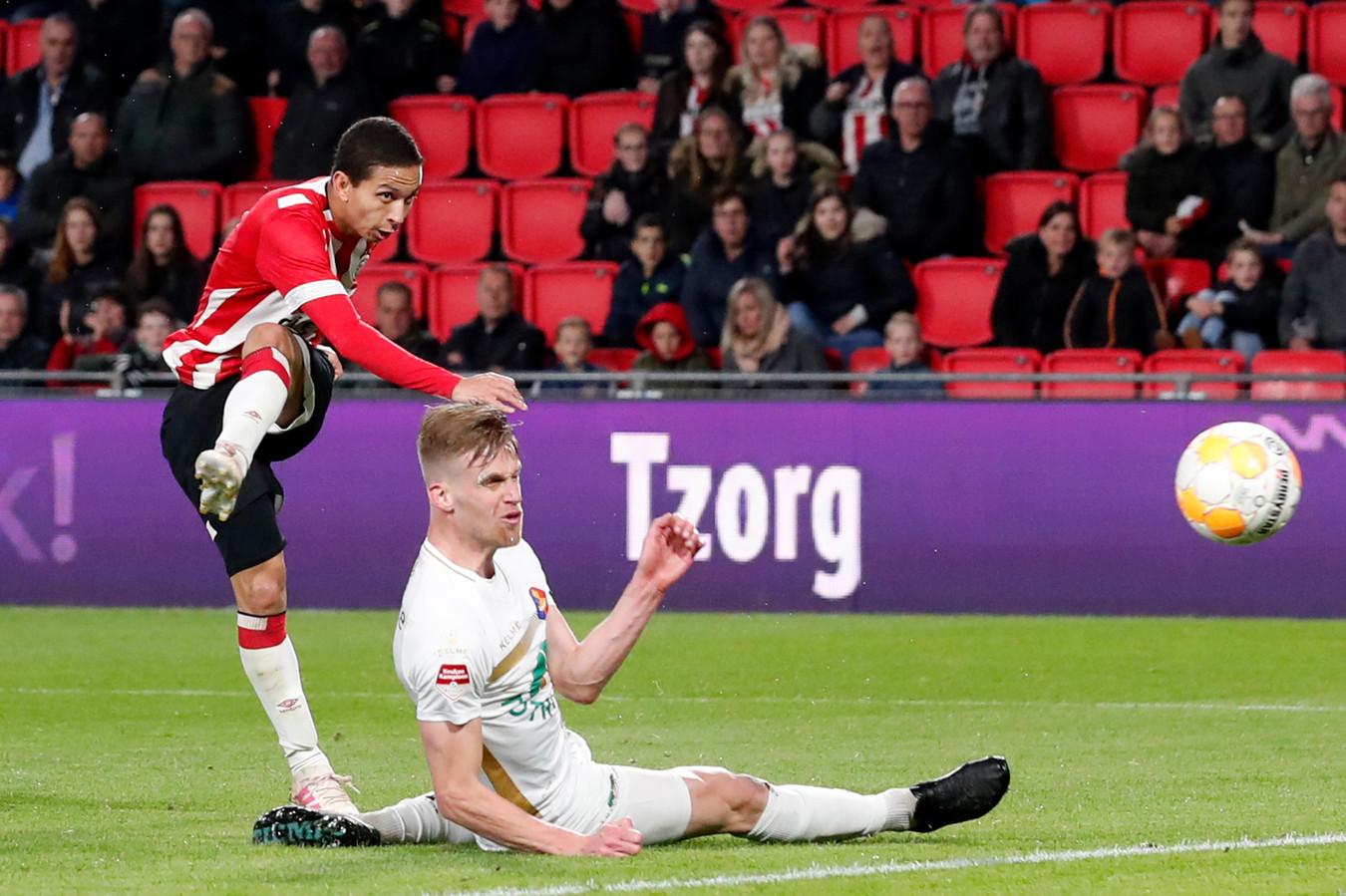 Toine van Huizen gooit zich voor een schot van Mauro Junior van Jong PSV.