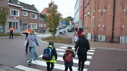"""Stad sluit Dwarsstraat af aan begin en einde schooldag: """"Veiligheid verhogen aan schoolpoort"""""""