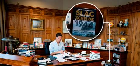 Mark Rutte pronkt met het geschiedenisboek van zijn Middelburgse partijgenoot