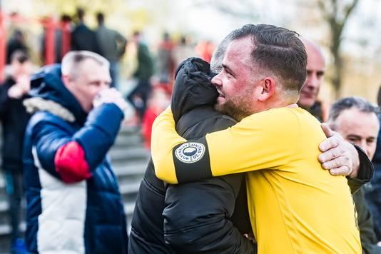 Jordy Bollaart knuffelt zijn vader na de zege bij concurrent Madese Boys.