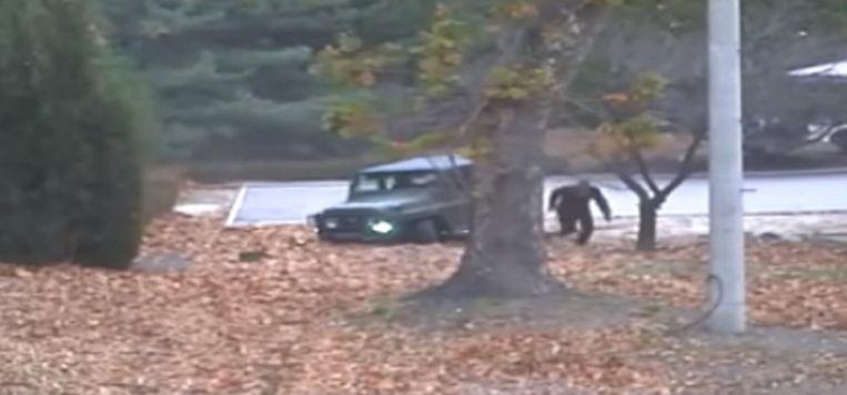 De deserterende soldaat kan maar net op het nippertje uit de auto springen en wegvluchten.