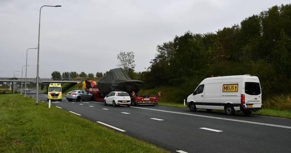 Flinke schade bij botsing tussen auto en vrachtwagen.