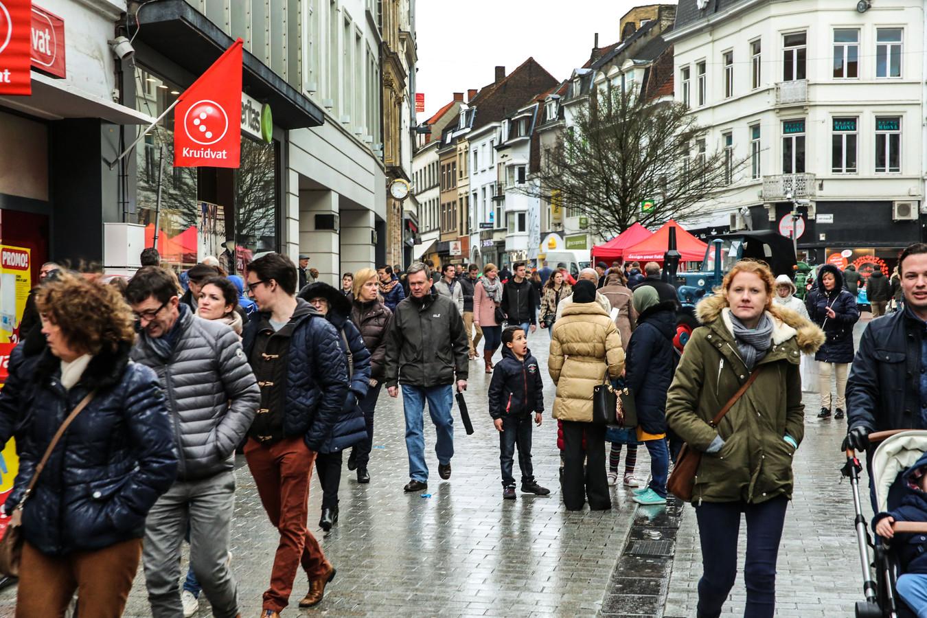 Een beeld van drukte in de Lange Steenstraat in Kortrijk, een beeld dat we de komende weken niet meer zullen zien.