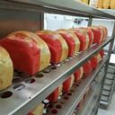 Rood-wit-geel brood bij de Broodspecialist in het Hinthamerstraat