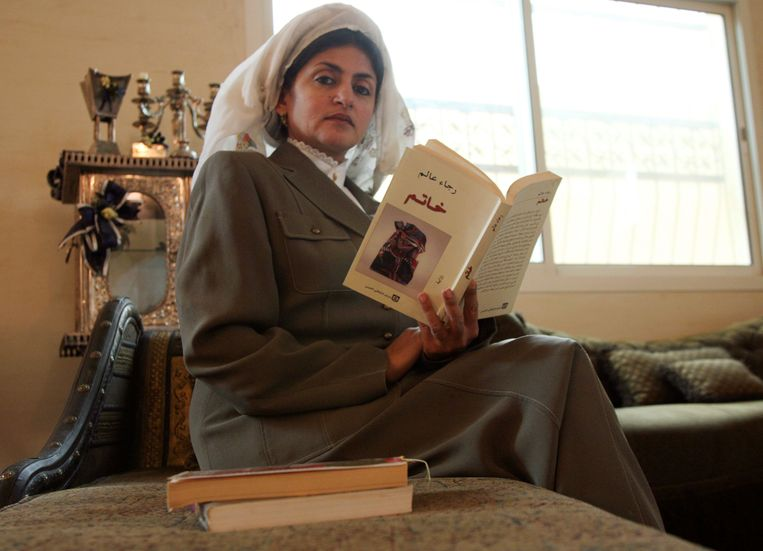 """Hatoon al-Fassi met haar boek """"Vrouwen in pre-islamitisch Arabië: Nabataea""""."""