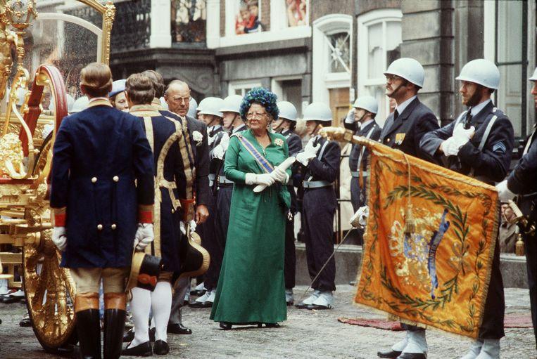 Koningin Juliana en prins Bernhard voor paleis Lange Voorhout, op het punt in te stappen in de Gouden Koets voor de troonrede in de Ridderzaal in 1979. Beeld Hollandse Hoogte /  ANP
