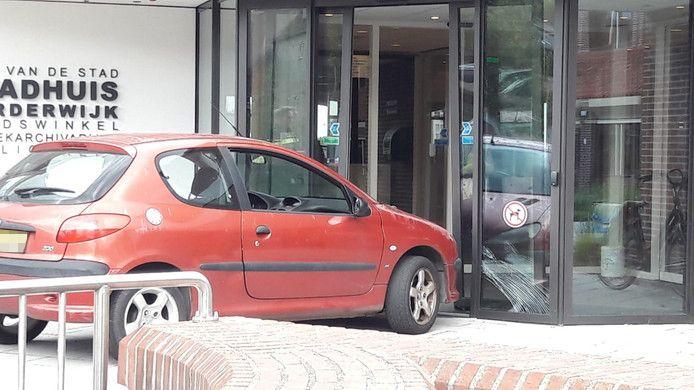 De rode Peugeot bij de ingang van het stadhuis van Harderwijk.