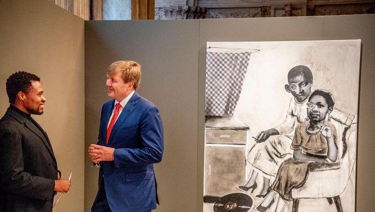 Koning Willem-Alexander met kunstenaar Neo Matloga. Koning Willem-Alexander tijdens de uitreiking van de Koninklijke Prijs voor Vrije Schilderkunst 2018 uit in het Koninklijk Paleis. Beeld anp