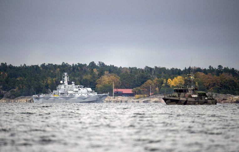 Een Zweedse mijnenveger (links) en een wachtschip zoeken in de Namdo Baai in Zweden naar een verdacht buitenlands vaartuig. Beeld reuters