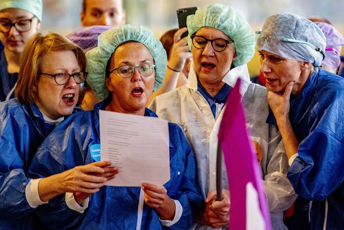 Medewerkers van het Catharina Ziekenhuis Eindhoven voeren actie voor een betere cao. In 119 ziekenhuizen in Nederland leggen 150.000 medewerkers die onder de cao vallen het werk neer voor de landelijke ziekenhuisstaking.