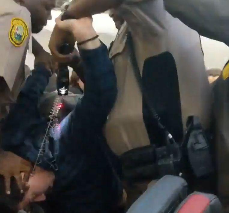 De vervelende passagier weigerde het vliegtuig te verlaten.