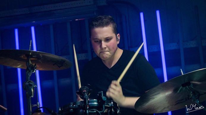 Rick gepassioneerd aan het drummen.