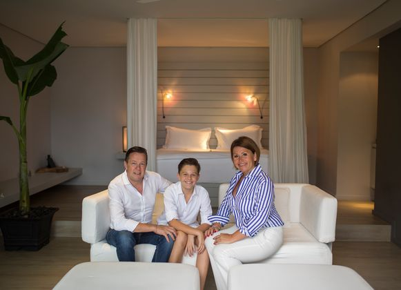 Ben en Anja met hun zoon Olivier in een van hun lodges.