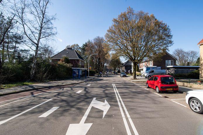 De Woolderesweg in Hengelo. Volgens omwonenden is de weg niet geschikt voor de ontsluiting van een wijk met 110 woningen.