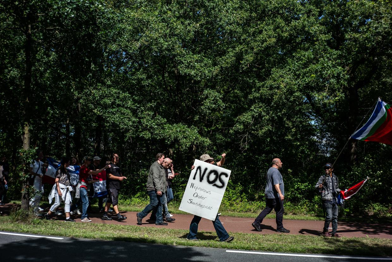 In juli demonstreerden zo'n tachtig mensen bij het NOS-gebouw in Hilversum tegen de NOS, nepnieuws en de lockdown-maatregelen.  Beeld Joris Van Gennip