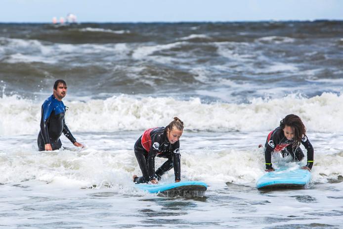 Surfles op de kust van Scheveningen.