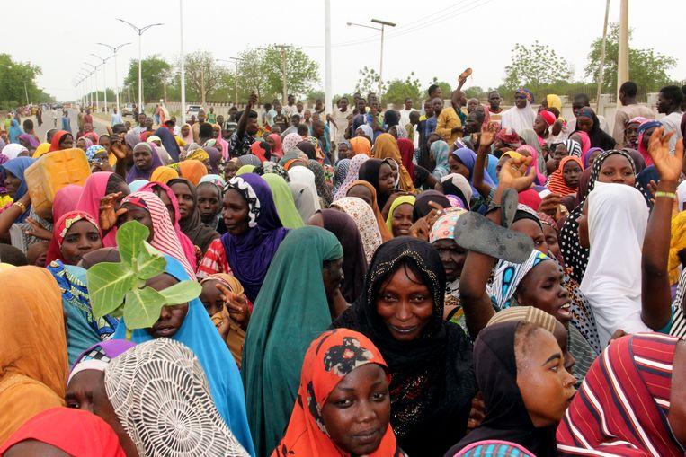 De groep boze vluchtelingen die een drukke snelweg blokkeert, bestaat voornamelijk uit vrouwen en kinderen.   Beeld AFP