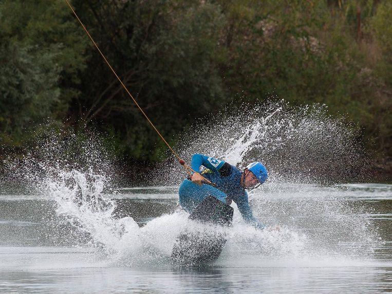 Archiefbeeld. Een wakeboarder in actie op het water van Terhills Cablepark in Hasselt. In de Zeelaan in Lombardsijde zou een gelijkaardig meer moeten komen.