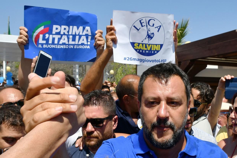 De Italiaanse vicepremier en Lega-leider Matteo Salvini schudt handen van aanhangers in de Zuid-Italiaanse plaats Policoro tijdens zijn 'Italiaanse zomertoer'.