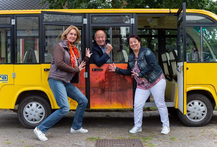Hans Valent, voorzitter van de Ondernemersvereniging Vaassen, wordt geflankeerd door Hanne Snelders (l.) en Gerry van de Schepop van de Stichting Kerstmarkt Vaassen. Samen hebben de organisaties de toeristenbus gekocht.